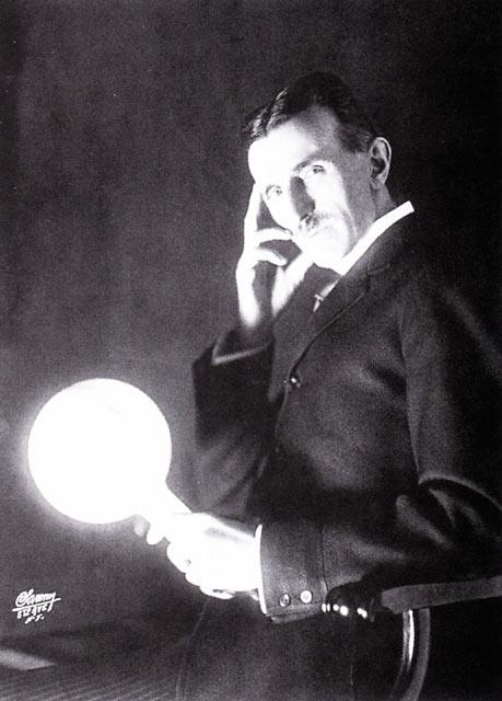 Никола Тесла с горящей лампой в руке