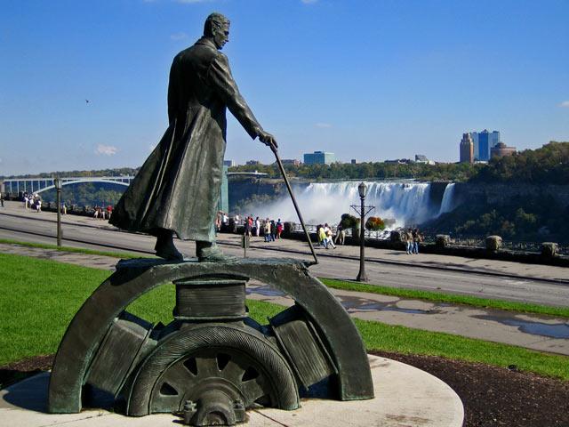 Памятник Теслы воздвигнут около Ниагарского водопада