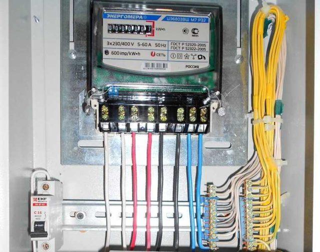 Один из современных трехфазных электросчетчиков