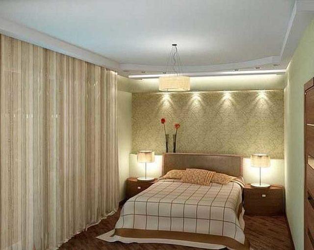 В изголовье кровати обычно вешают бра или на тумбочки ставят настольные лапы