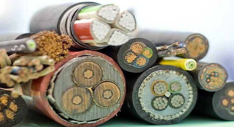 Выбрать сечение кабеля можно по мощности (нагрузке) или по току