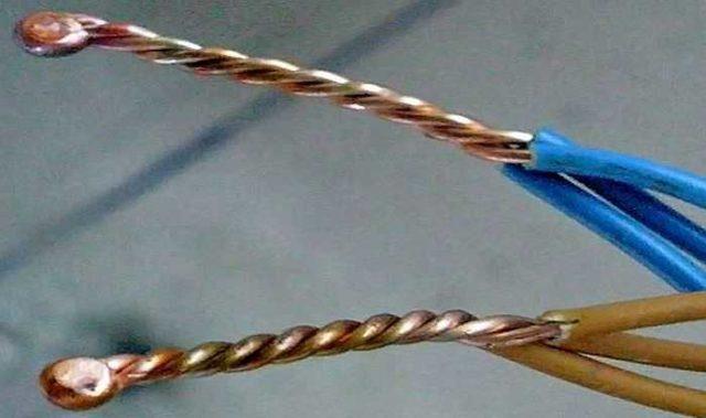 Капля на конце скрутки - расплавленный алюминий