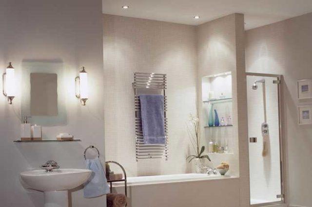 Настенные светильники в ванной обычно находится возле зеркала