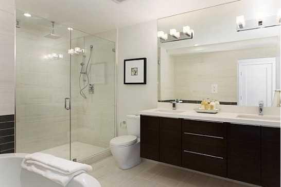 Для освещения в ванной используют светильники разного типа