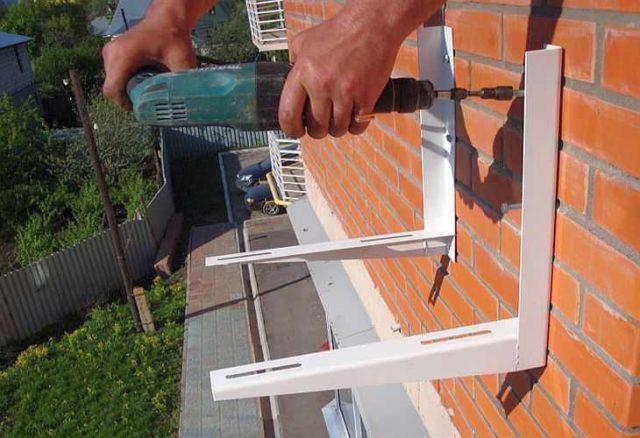 Самостоятельны монтаж сплит системы - наружный блок даже под окном вешать не очень удобно