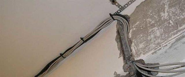Крепление кабеля выбирают в зависимости от типа прокладки (открытая или закрытая) и вида основания