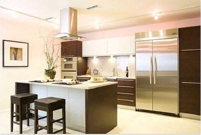 Освещение кухни - сложная многоуровневая система с большим количеством светильников, расположенных в разных частях помещения, на оборудовании и мебели