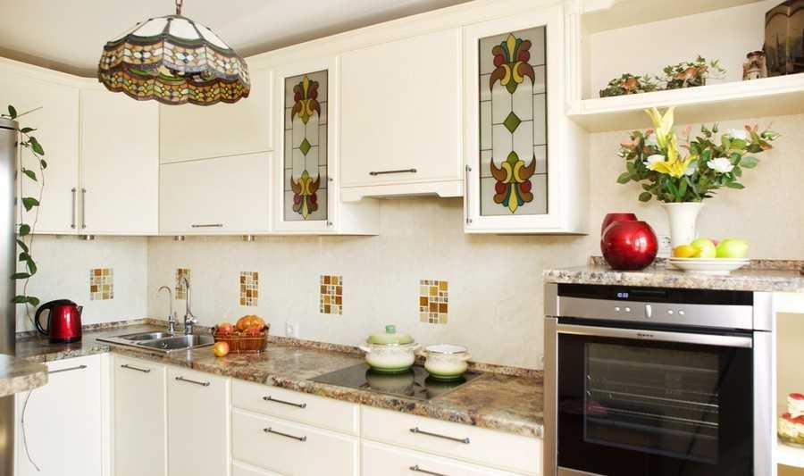 Цвета на люстре идентичны витражным вставкам кухонного гарнитура