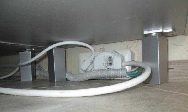 Установить розетку под духовой шкаф можно на уровне плинтуса