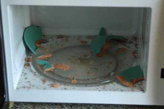 Использование посуды, не предназначенной для СВЧ печи, может привести к поломке