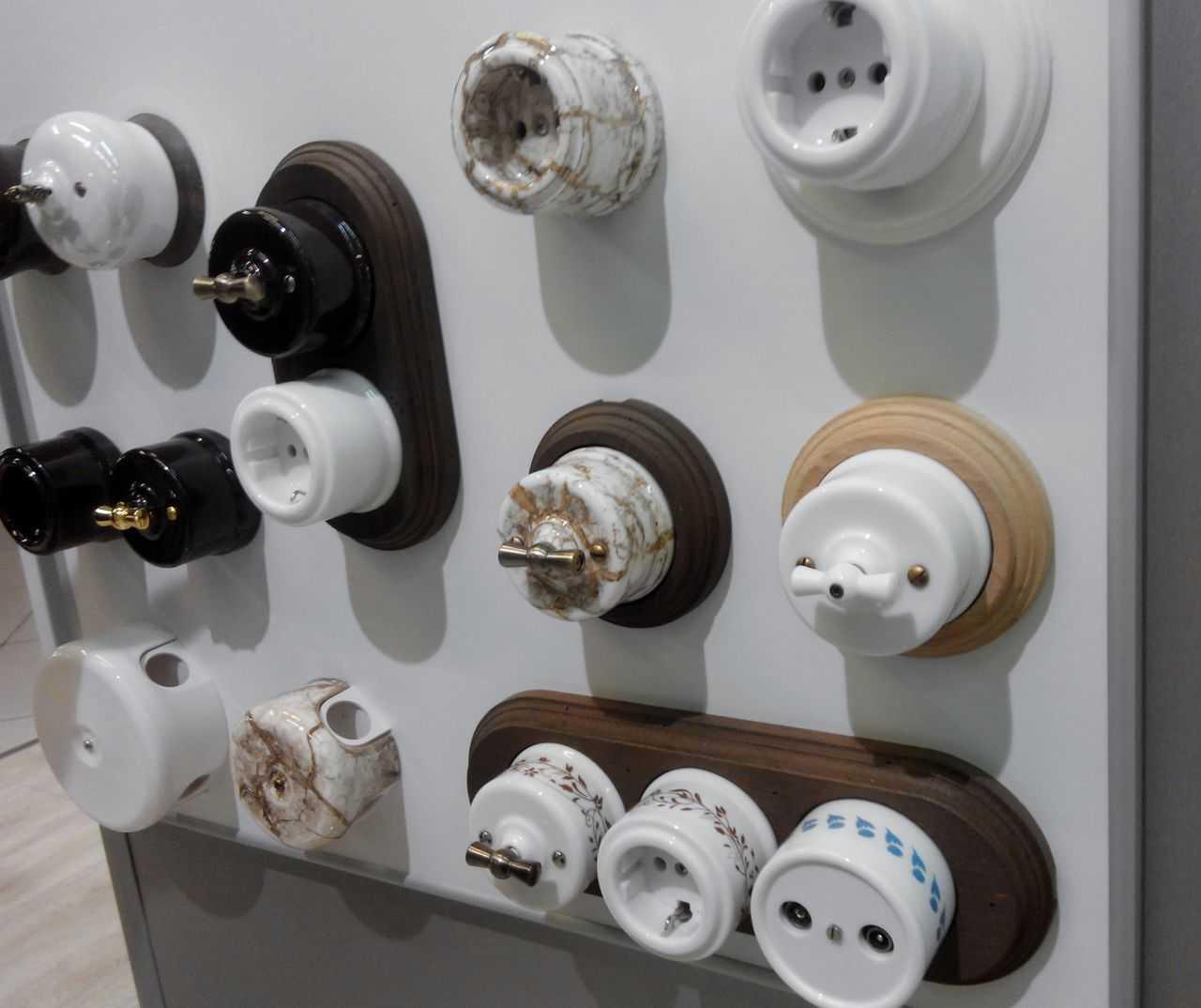 Устанавливают розетки и выключатели на специальные подставки