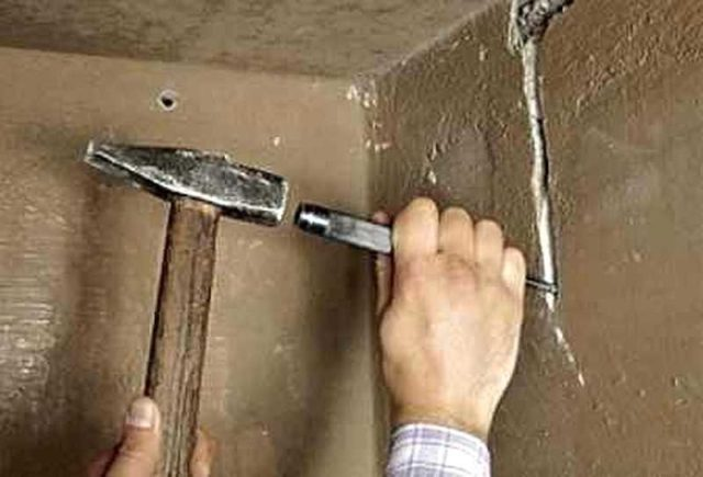 Штробы можно делать при помощи молотка и зубила