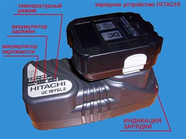 В комплекте с аккумуляторным шуруповертом идет зарядная станция