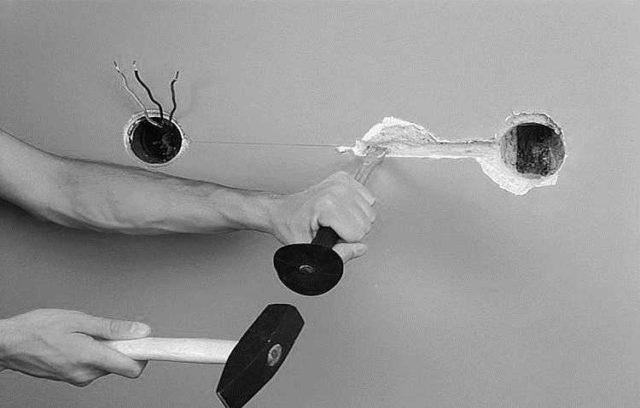 Самый простой инструмент для штробирования стен - молоток и зубило