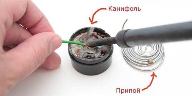 Процесс пайки начинается с лужения проводов