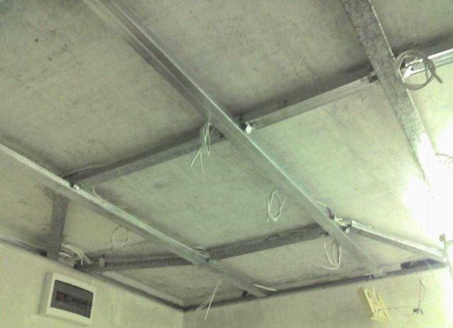 Укладывать кабель для подключения точечных светильников можно в поперечные профили, которые находятся повыше