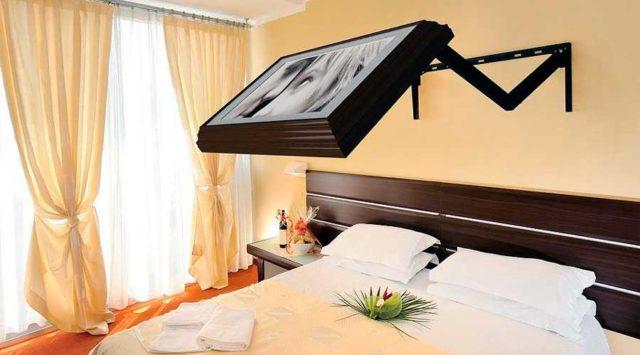 Можно найти даже такой крепеж для телевизора на стену