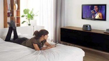 Чтобы телевизор не упал со стены, крепеж для него должен быть подобран правильно