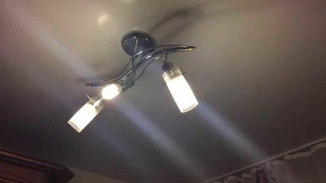 Энергосберегающая лампа мигает в выключенном состоянии