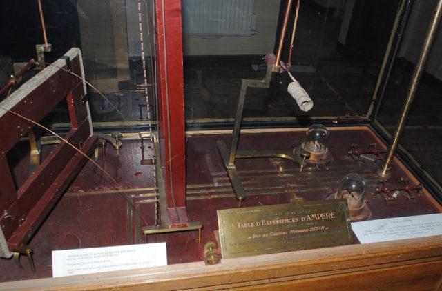 Фрагмент стола, который Ампер смастерил для проведения экспериментов