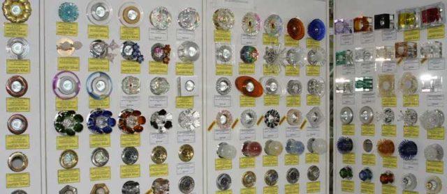 Выбрать точечные светильники непросто: их очень много, они бывают нескольких типов, под разные лампочки