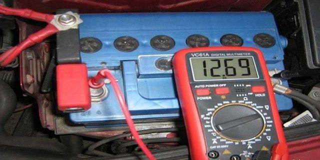 Перед началом заряда надо измерить напряжение