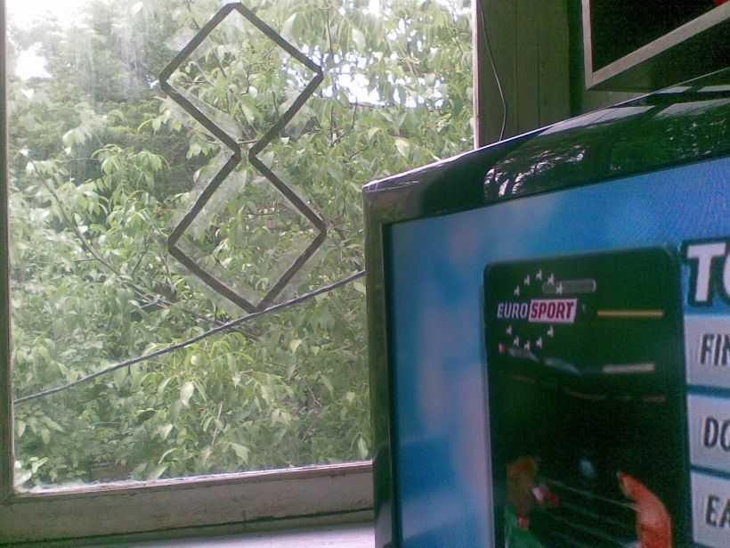 Можно на стекле прикрепить фольгу и получить неплохой сигнал....
