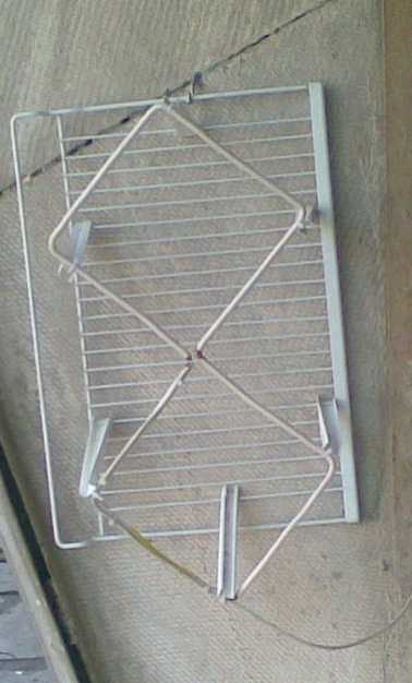 """Для уменьшения количества помех сзади антенны ставят отражатель. Расстояние между антенной и отражателем подбирают экспериментально - по """"чистоте"""" картинки"""