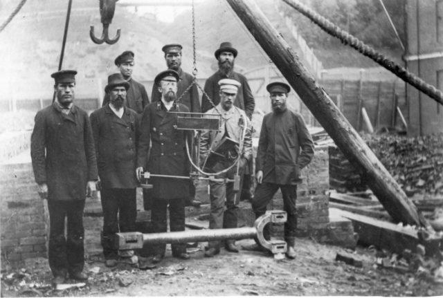 Славянов в окружении рабочих Пермского пушечного завода
