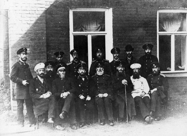 Горный начальник завода Н.Г. Славянов (четвертый слева в первом ряду) с администрацией завода (1892 год)