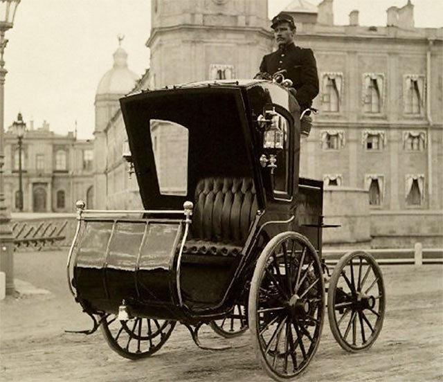 Ипполит Владимирович Романов на электромобиле с открытым пассажирским салоном