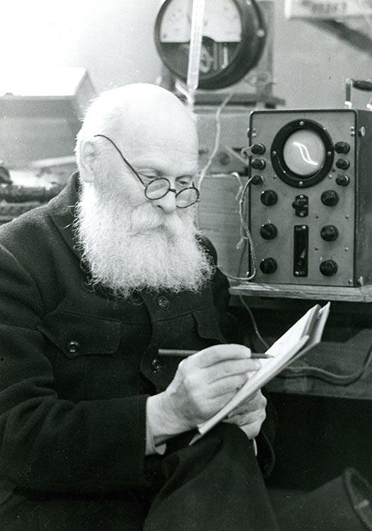 Валентин Петрович Вологдин во время научных исследований