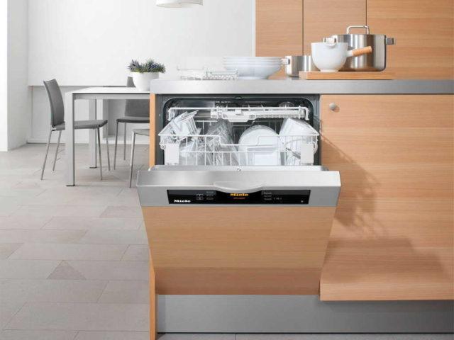 Полувстраиваемая модель - панель управления находится на корпусе посудомойки над дверкой