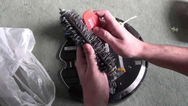 Чтобы обслуживание робота-пылесоса занимало немного времени, проверьте чтобы щетки и контейнер для мусора легко снимались и ставились