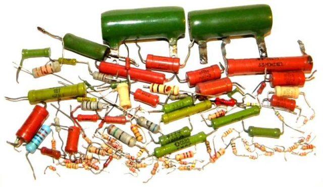 Маркировка резисторов бывает двух типов - цифро-буквенной и цветовой
