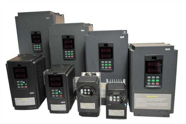 Преобразователи частоты выбирают по мощности подключаемого оборудования (должен быть запас не менее 20%) и по току (тоже с запасом)