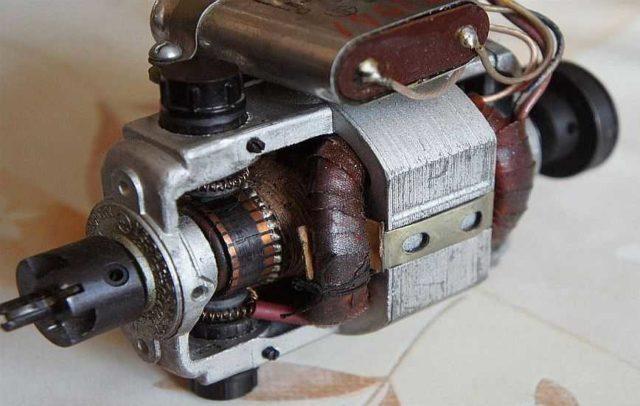 Универсальный коллекторный двигатель работает от постоянного и переменного напряжения
