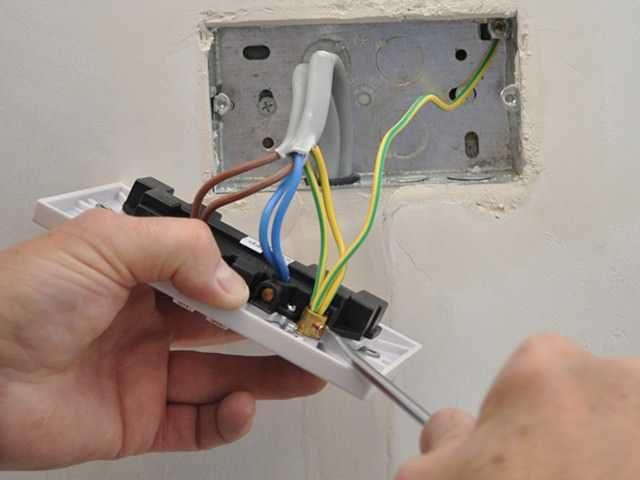 Не прикасаемся руками к оголенным проводам и металлическим частям