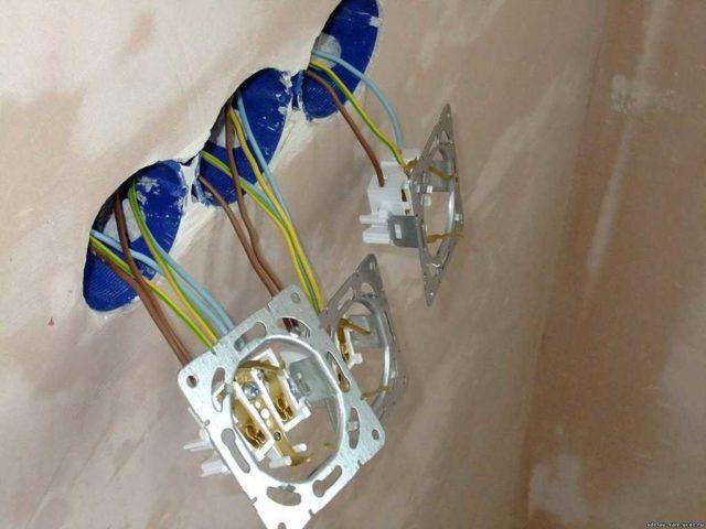 Как подключить розетку с заземлением: провода подключены