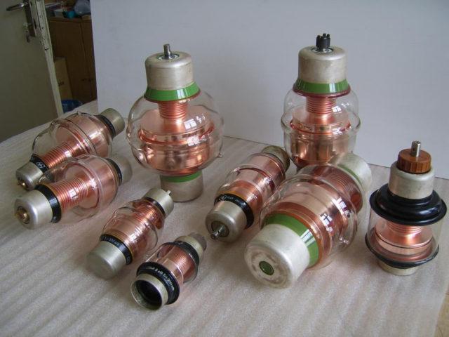 Вакуумные конденсаторы серии КП1 содержат золото и серебро