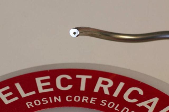 Трубчатый припой с флюсом - внутри трубки находится канифоль